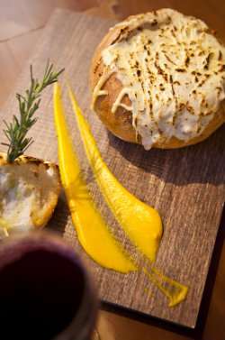 Pão italiano recheado com creme de gorgonzola é servido como petisco no Vaporetto. Foto: Peu Hatz/ Divulgação