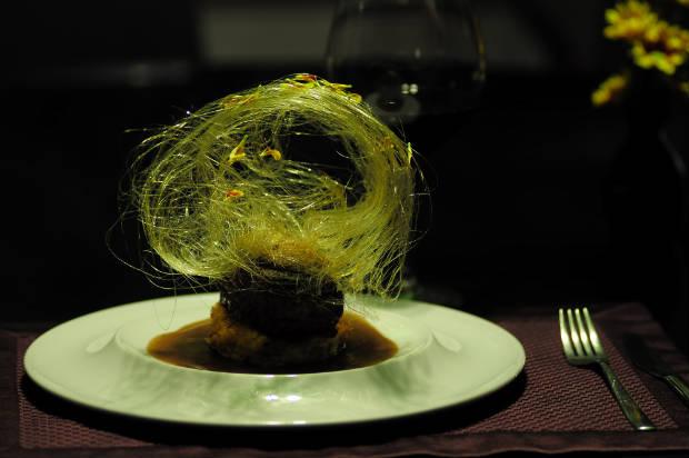 Filé a rossini com nuvem de caramelo e flores comestíveis é prato destaque do novo menu. Foto: João Velozo/ Esp. DP/ D. A Press