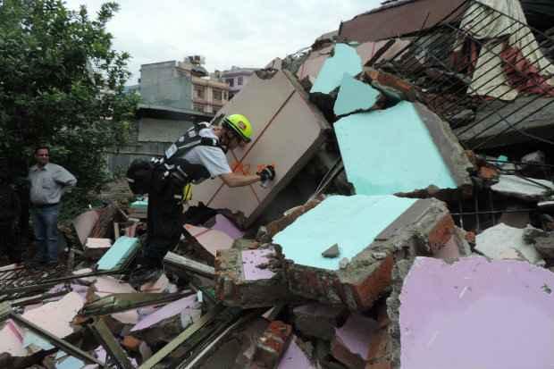 Trabalhos de resgate de vítimas do terremoto na cidade de Bhaktapur, no Nepal. Foto: Fairfax Co Fire & Rescue/ USAID