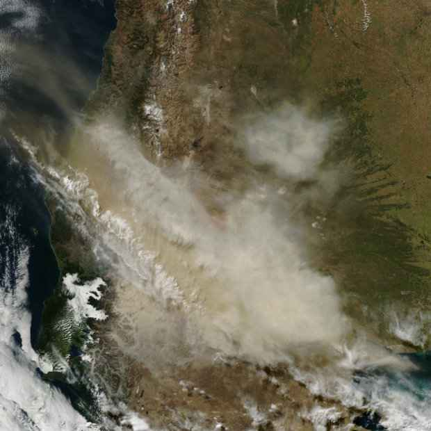 Nuvem de fumaça do vulcão Cabulco, no Chile, é vista do espaço em imagem feita pelo satélite Terra da Nasa. Foto: Nasa/Divulgação