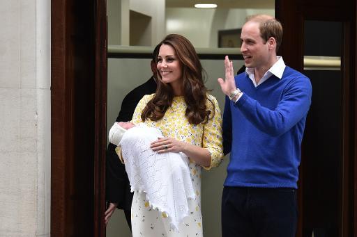 O príncipe William e Catherine Middleton apresentam a filha ao mundo, no dia 2 de maio de 2015, em Londres Foto: AFP LEON NEAL