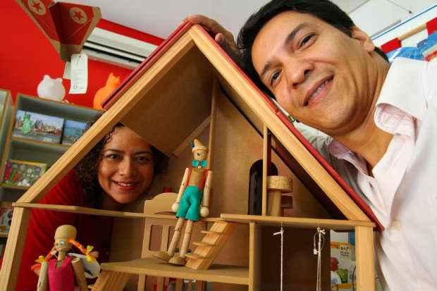 Virginia e Silviano abriram a Zepelim Brinquedos após o nascimento do primeiro filho. Hoje têm duas unidades, uma em Piedade e a outra no Espinheiro. Foto: Annaclarice Almeida/DP/D.A Press