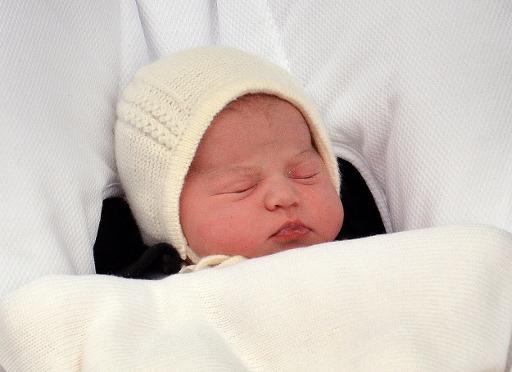A princesinha, ainda sem nome, no colo da mãe, Kate, duquesa de Cambridge, ao deixar o hospital Saint Mary, em Londres - Foto:  Pool/AFP John Stillwell (Pool/AFP John Stillwell)