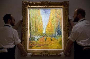 Funcionários da Sotheby's posicionam a tela de Vincent Van Gogh