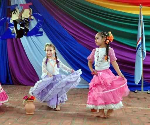 Meninas paraguaias dançam com trajes tradicionais em escola em Assunção, no dia 24 de novembro de 2012. A Unicef manifestou nesta quarta-feira sua preocupação com a vulnerabilidade das meninas paraguaias que sofrem abuso sexual. Foto: AFP/Arquivos Norberto Duarte