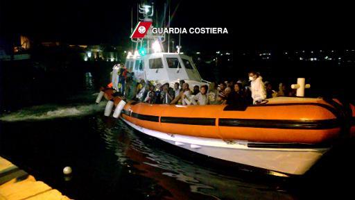 Vídeo mostra a chegada de imigrantes ao porto italiano de Lampedusa. Foto: GUARDA COSTEIRA/AFP -