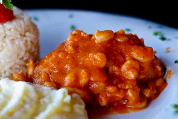 Filé de peixe com molho de camarão, também do Biruta. foto: Biruta/ Divulgação