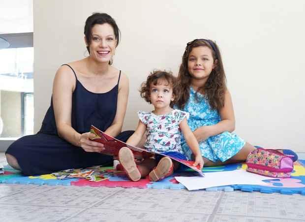 Hermila Guedes com as filhas, Stela e Celina. Foto: Larissa Lins/DP/DA Press