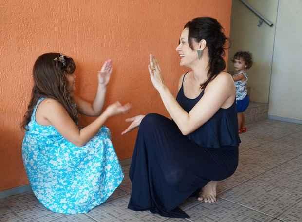 Hermila brinca com a filha mais velha, Celina, enquanto Stelia espia ao fundo. Foto: Larissa Lins/DP/DA Press