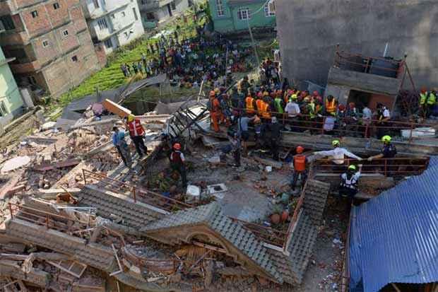 Equipes de resgate nas ruínas de um prédio que desabou: construções danificadas pelo tremor do fim de abril não resistiram ao abalo de ontem. Foto: Prakash Mathema/AFP