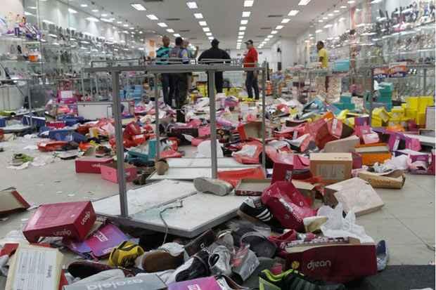 Cerca de 100 estabelecimentos comerciais tiveram as portas quebradas, vitrines destruídas e todo estoque levado pelos saqueadores. Foto: Ricardo Fernandes/DP/D.A Press