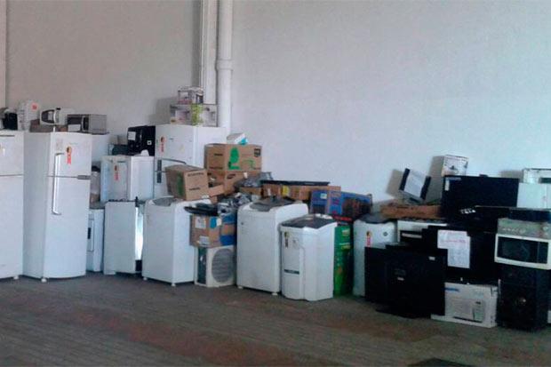 Duzentos e vinte e um eletrodomésticos, que não tiveram a origem identificada, seguem guardados em um galpão da Polícia Civil, no Curado. Foto: Polícia Civil/Cortesia