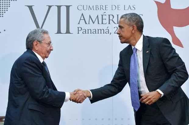 O presidente cubano Raúl Castro (E) e o presidente americano Barack Obama, no Panamá, no dia 11 de abril de 2015. Foto: Mandel Ngan/AFP/Arquivos