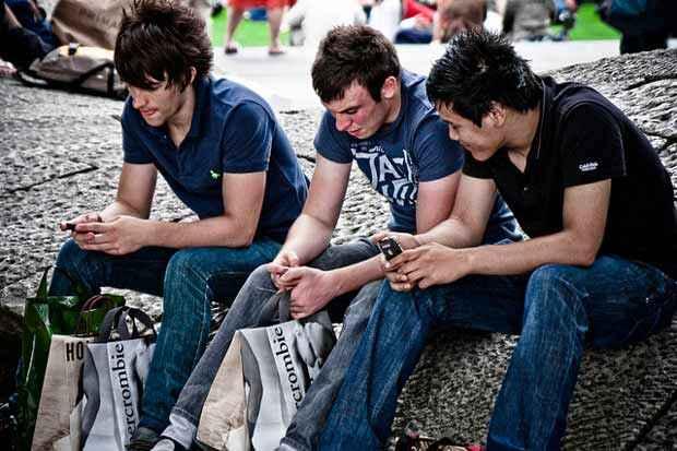 Estudantes que não utilizam o celular na escola podem apresentar melhoras no desempenho acadêmico. Foto: Garry Knight/Flickr/Reprodução