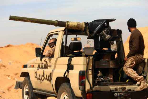 Combatentes da coalizão Fajr Libya. (Foto: AFP/Mahmud Turkia)