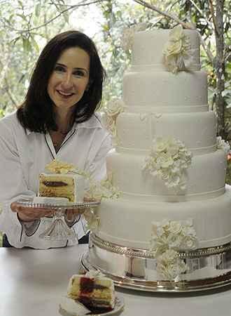A confeiteira revela o segredo do bolo molhadinho: pão de ló, recheio fluido e calda por cima (Jair Amaral/EM/D.A Press