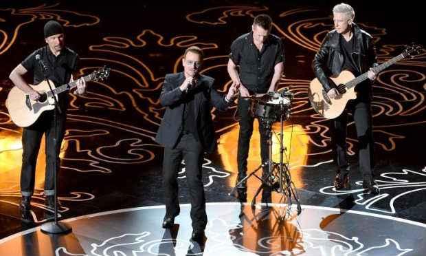 Bono Vox (centro) e sua turma: de volta à estrada para tentar recuperar a forma que levou a banda ao topo. Foto: Kevin Winter/Getty Images/AFP