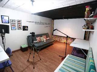 Artista transformou cômodo de sua casa em estúdio (Foto: Bernardo Dantas/ DP/D.A Press)