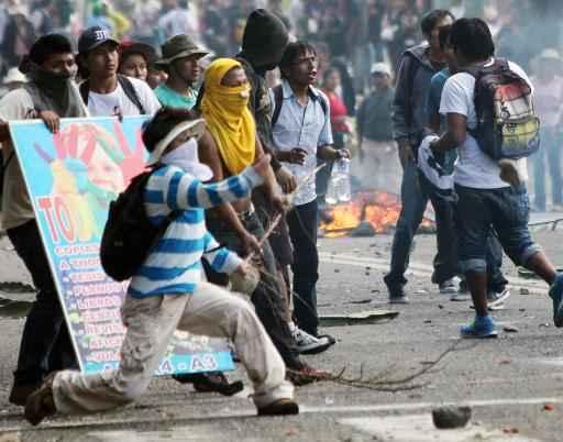Manifestantes protestam contra o projeto de mineração Tía María na cidade de Arequipa em 14 de maio - Foto: AFP/Arquivos STR (AFP/Arquivos STR)