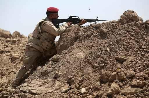 Um soldado iraquiano é visto durante combate ao grupo Estado Islâmico (EI), em Ramadi, no dia 19 de maio de 2015 Foto: Ahmad Al-Rubaye/ AFP