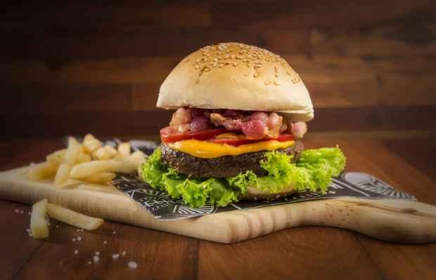 Estelita Drive oferece o Classic Burger. Foto: Rafa Medeiros/Divulgação