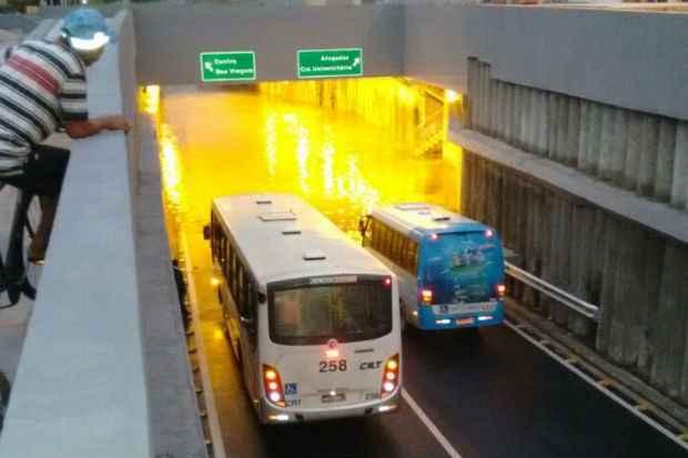 Motoristas, impedidos de seguir o trajeto, enviaram imagens do local para o Facebook do Diario de Pernambuco. Foto: Reprodução/ Facebook