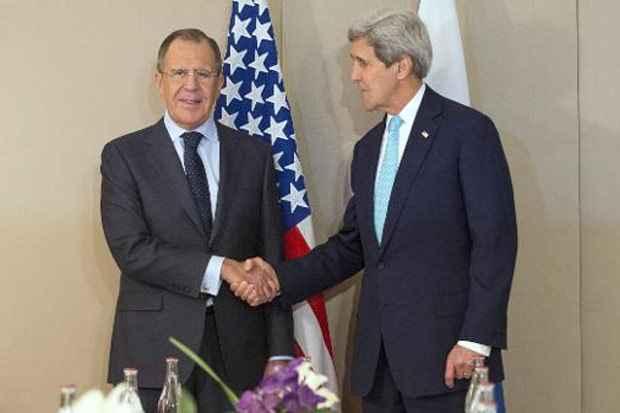 O secretário de Estado americano, John Kerry (D), cumprimenta o chanceler russo Serguei Lavrov em Genebra. Foto: Evan Vucci/Pool/AFP