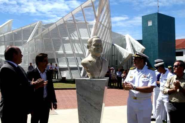 Busto foi reinaugurado em cerimônia oficial na manhã desta sexta. Foto: Júlio Jacobina/DP/D.A Press