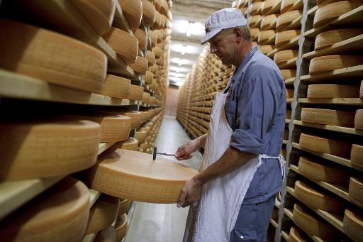 Após um século de estudos e pesquisas, o mistério dos buracos em certos queijos suíços, como Emmental e Appenzell, foi desvendado. Foto: Fabrice Coffrini/AFP