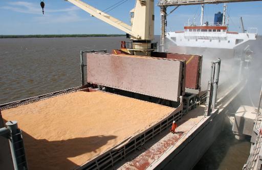 Navio recebe um carregamento de soja, em Puerto Lagos, Argentina - Foto: AFP Carlos Carrion (Navio recebe um carregamento de soja, em Puerto Lagos, Argentina - Foto: AFP Carlos Carrion)