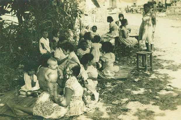 Camponeses que pretendiam invadir os engenhos Barra e Terra Preta, em Vitoria de Santo Antao, em 1961, cuidam dos poucos pertences. Foto: Arquivo DP/ D.A.Press