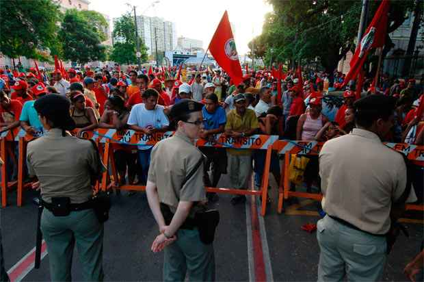Marcha pela reforma agrária, no Recife, com as bandeiras do MST, sob o olhar vigilante da PM. Foto: Ricardo Fernandes/ DP/ D.A.Press