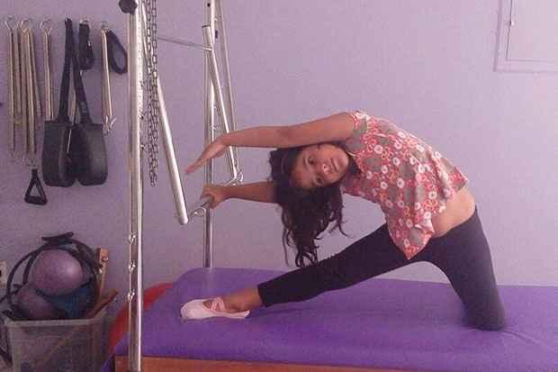 Isadora nasceu com encurtamento no Tendão de Aquiles e faz pilates para melhorar a elasticidade. Foto: Susana Carvalho/Divulgação