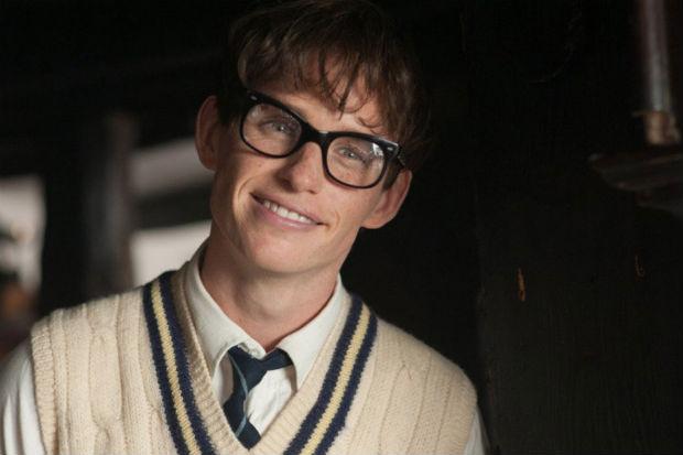 Eddie Redmayne como Stephen Hawking em cena de