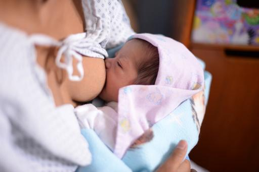 Uma mãe amamenta seu bebê, na Cidade da Guatemala. Foto: Johan Ordonez/AFP