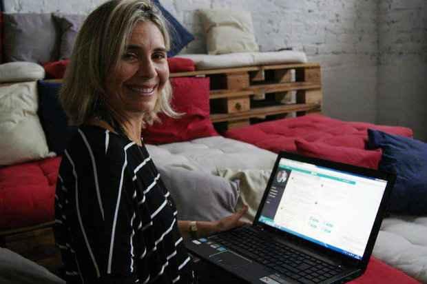 A publicitária Cristina Klein se dedica de maneira integral a manutenção da plataforma. Foto: Mariana Fabrício/DP/DA Press.