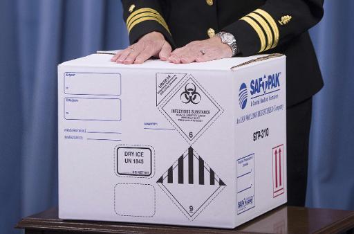 Caixa na qual é transportado antraz para laboratórios é mostrada em coletiva de imprensa sobre a investigação do Pentágono, em Washington, DC, no dia 3 de junho de 2015. Foto: JIM WATSON/AFP