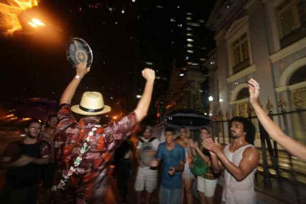 Artistas protestaram em frente à Assembleia às 22h. Fotos: Roberto Ramos/ DP/ D.A.Press