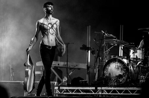 Stefan Olsdal, da banda Placebo, durante festival de música no Marrocos protesta contra o artigo 489 que pune a homossexualidade no país. Foto: SIFE EL AMINE/ MAWAZINE FESTIVAL/AFP