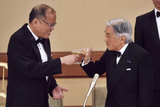 Imperador Akihito e presidente Aquino brindam. Foto: Imperial Household Agency Japan/AFP