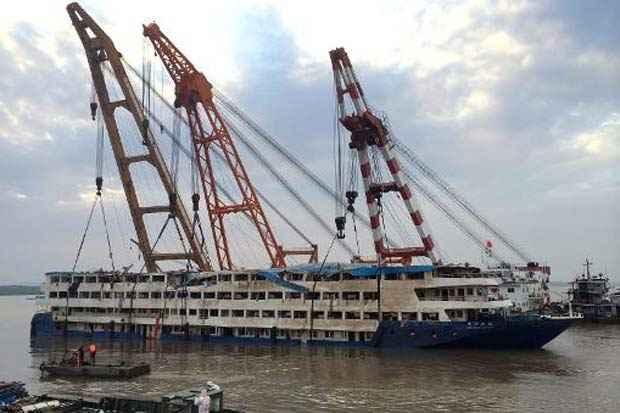 As equipes de resgate conseguiram virar nesta sexta-feira o navio, com a ajuda de dois guindastes. Foto: STR/AFP