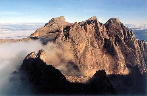 Imagem do Monte Kinabalu, onde os alpinistas ficaram presos. Foto: AFP