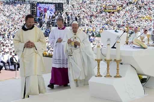 Missa foi celebrada para 100 mil pessoas no estádo olímpico. Fotos: OSSERVATORE ROMANO/AFP