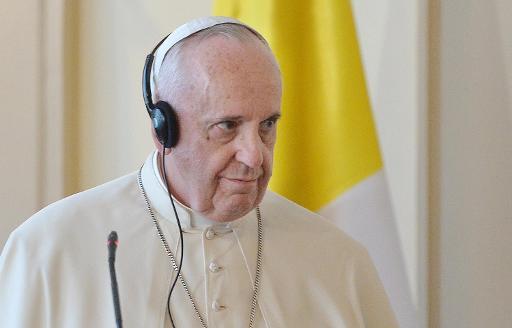 Francisco com fones de ouvido para ouvir tradução. Foto: POOL/AFP LUCA ZENNARO