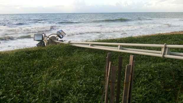 O poste despencou e atravessou o gramado da orla. Foto: WhatsApp/Cortesia