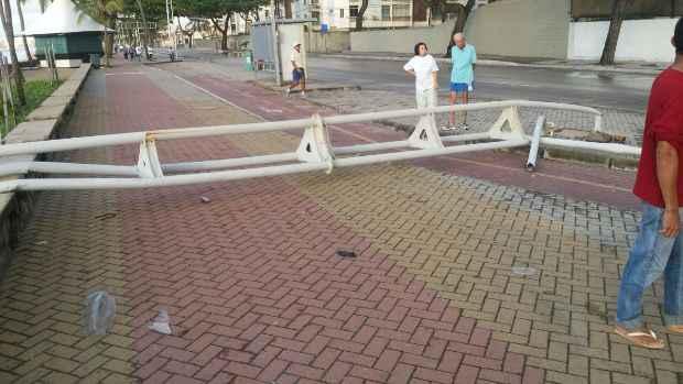Pedestres que caminhavam na orla, no início da manhã, se depararam com poste no chão. Foto: WhatsApp/Cortesia