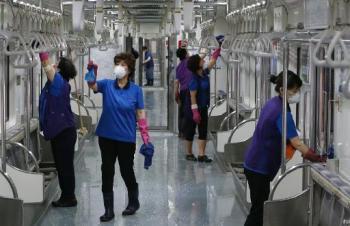 Funcionários limpam um vagão do metrô em Seul no momento em que a Coreia do Sul registra 50 casos do coronavírus MERS © YONHAP/AFP