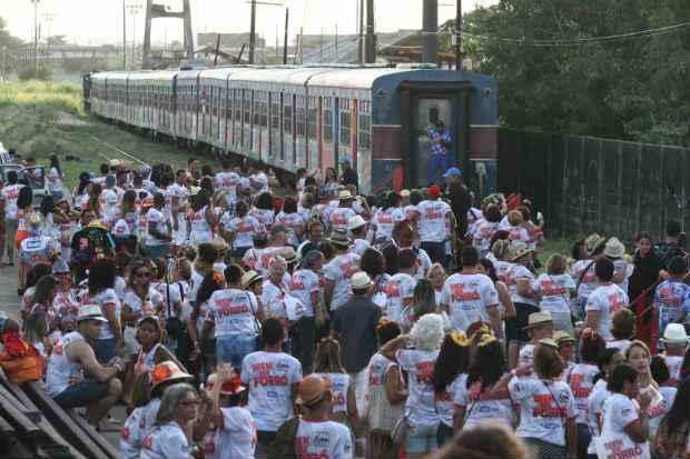 Público esperava os vagões do Trem do Forró, que seguiu em direção ao Cabo de Santo Agostinho. Crédito: Júlio Jacobina/D.P./D.A Press
