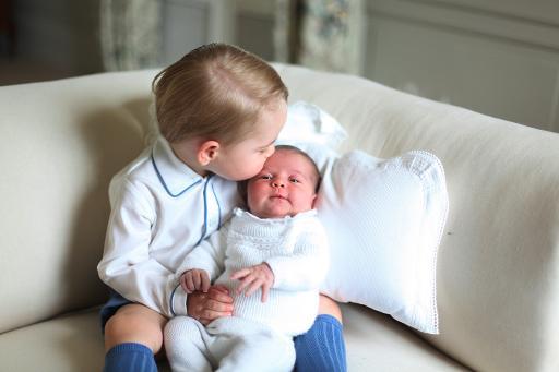 Imagens mostram George com a irmã de duas semanas de vida no colo (KENSINGTON PALACE/AFP)