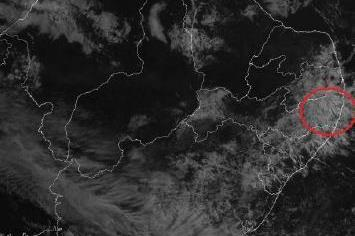 Imagem do satélite GOES 13 no canal visível das 8h desde domingo. Crédito: INPE/CPTEC